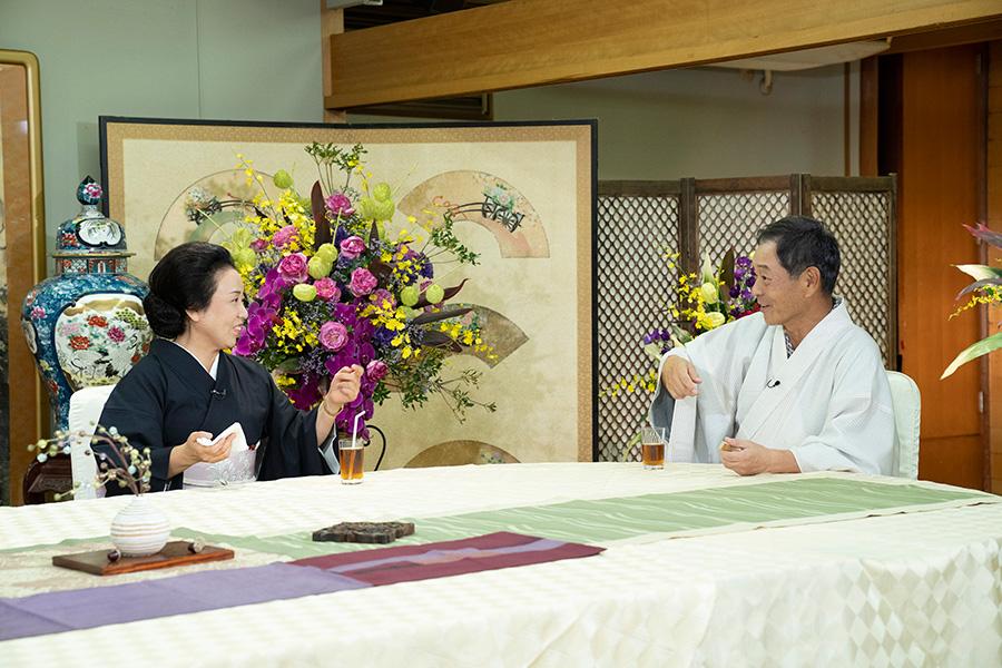 家族ぐるみで付き合いがあるという藤山直美(左)とMCの月亭八光 © ytv