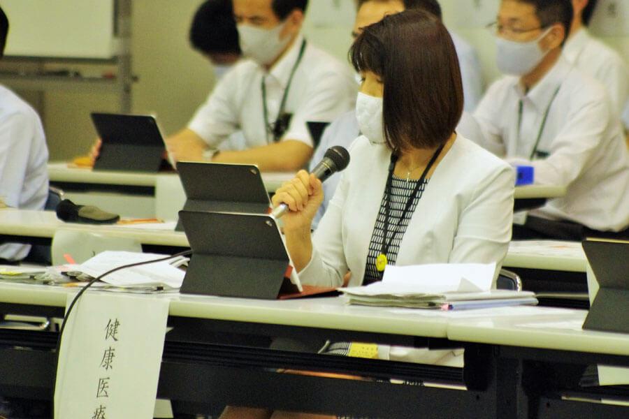 直近1週間の累計を検証して危機感を示した、健康医療部の藤井睦子部長(9月17日・大阪府庁)