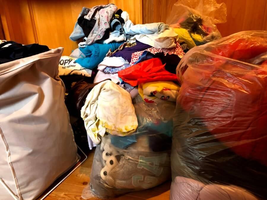 行き場もなく、山積みとなった衣類