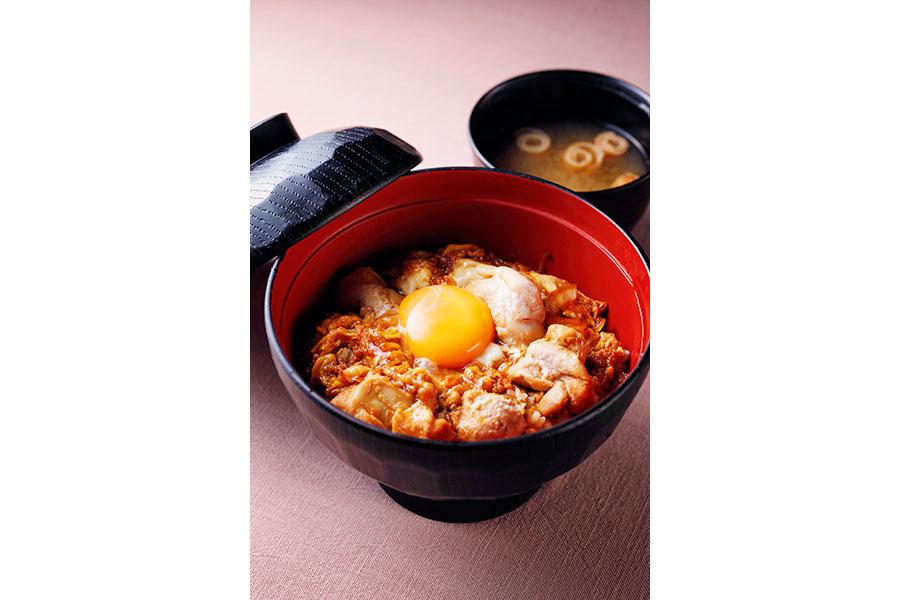 大阪産・卵を使った「鳥焼き・蕎麦・おでん 一重」の純植たまごの親子丼(748円)