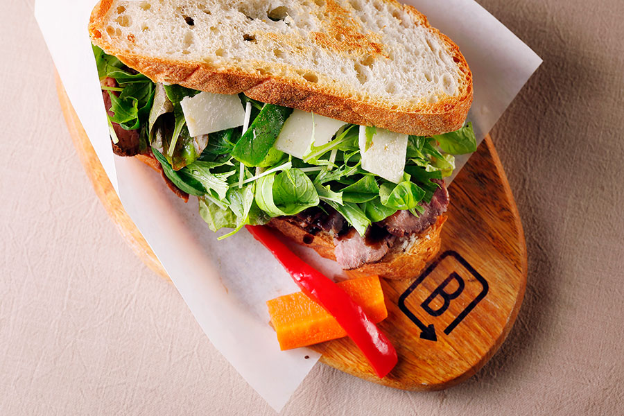 大阪産・水菜を使った「バーンサイドストリートカフェ」のローストビーフサンド(980円)