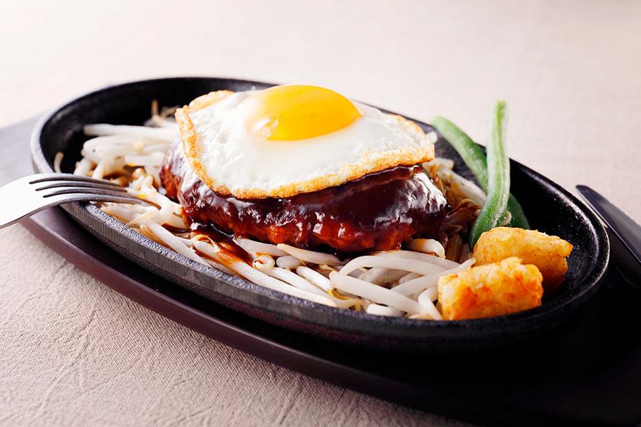 大阪産・卵を使った「1ポンドのステーキハンバーグタケル」のデミたまハンバーグ(979円)
