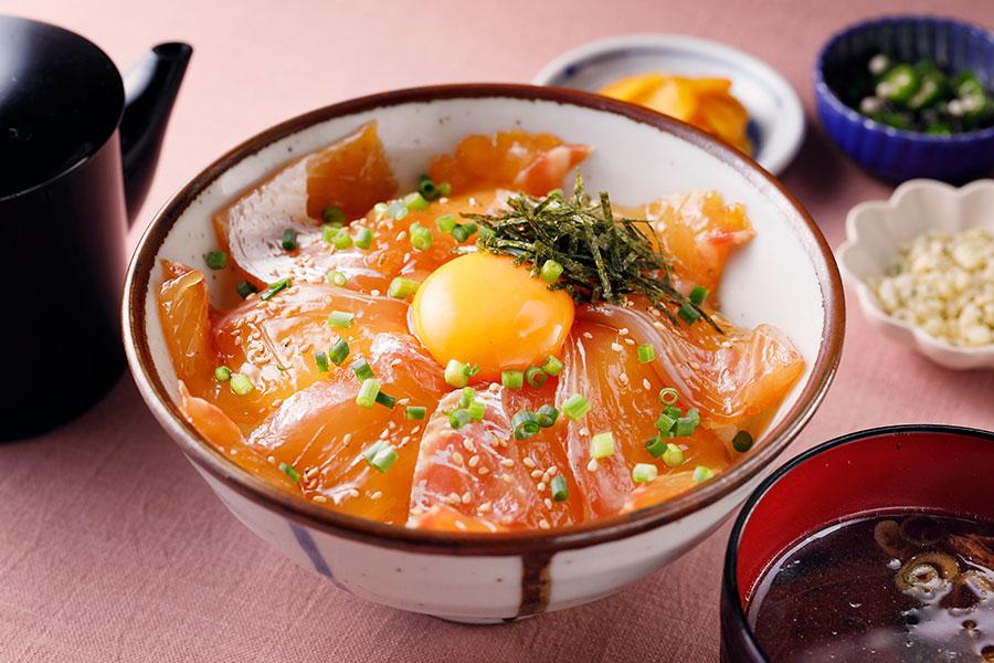 大阪産・卵を使った「大阪・堂島 とろ家」の大阪産・東野さんちの純植たまごと本日入荷の地魚漬け丼(1100円)