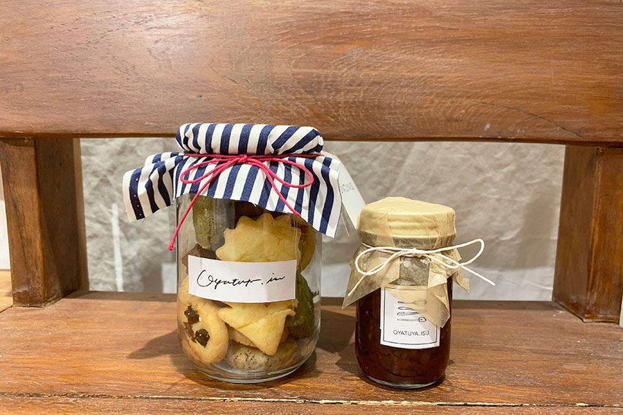 18種のクッキー瓶1800円、ジンジャーシロップ850円