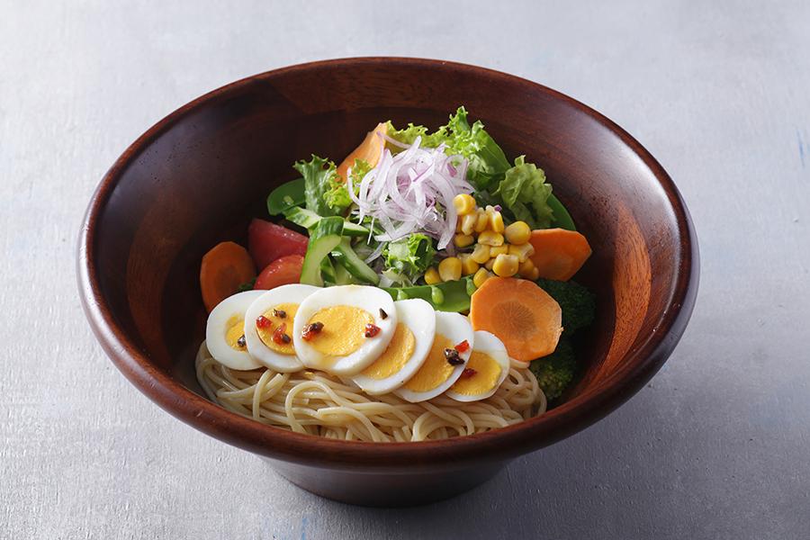 フレッシュな野菜がたっぷりのサラダスパゲティ920円(税別)