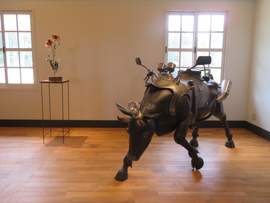 「六甲山サイレンスリゾート」での、内田望の展示。動植物をモチーフにした金属彫刻