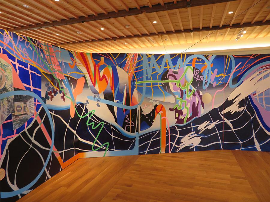 「六甲山サイレンスリゾート」での、久松知子の展示。カラフルで力強い絵画の大作