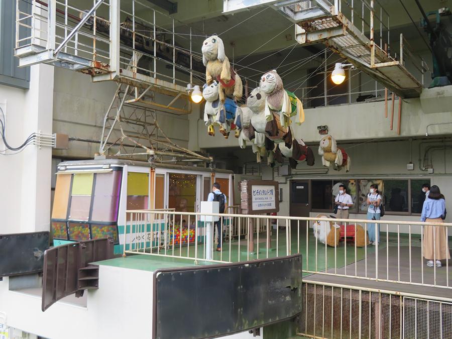 「六甲有馬ロープウェー 六甲山上駅」での竹内みかの展示。かつて遊園地やデパート屋上で活躍した遊具「メロディペット」がモチーフ