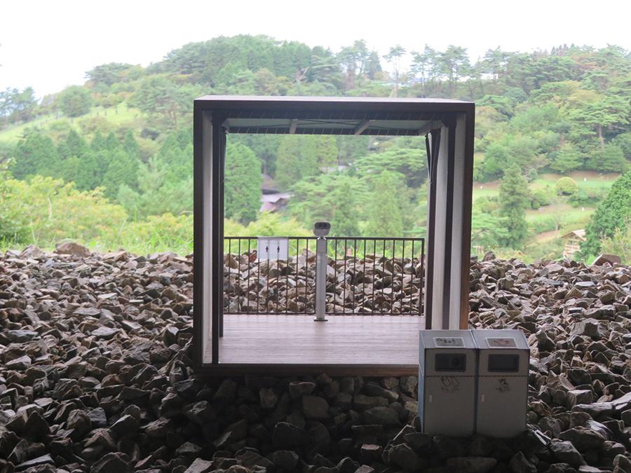 「自然体感展望台 六甲枝垂れ」での上坂直の展示。30センチ立法のキューブ内に、六甲山上の施設で取材した室内の情景を1/10で再現