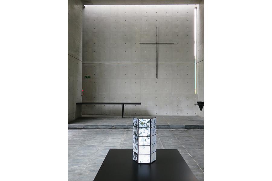 「風の教会」での山城大督の展示。小さな液晶モニターを六角柱の形に積み上げ、六甲山の自然を映し出す