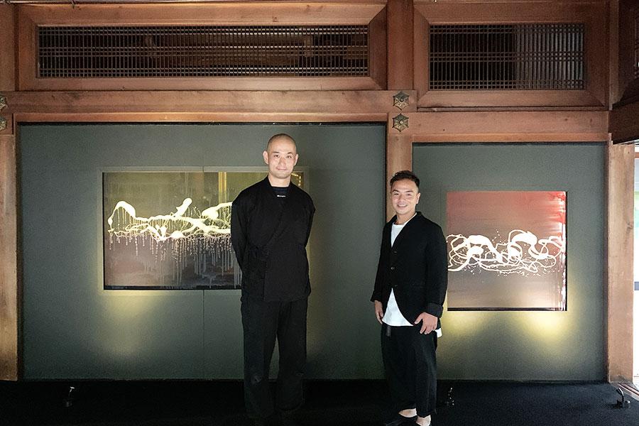 着物を制作する家庭に生まれ、現在も着物会社の代表も勤める山田氏(右)。家業に残る文献をもとに染織技術に着眼し、日本画の復元や創作にも従事。