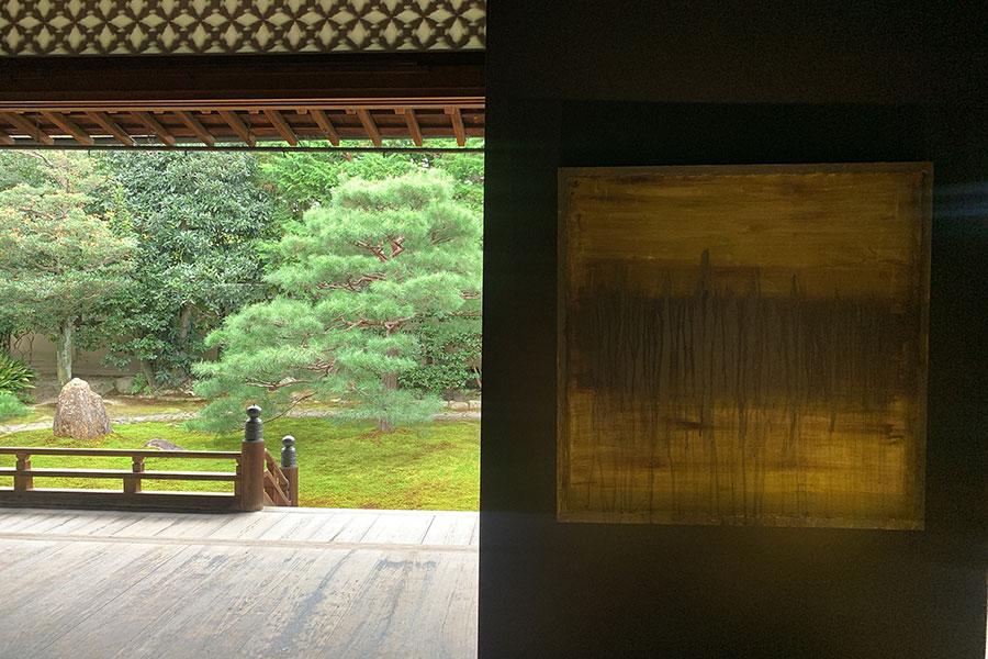 手入れの行き届いた美しい日本庭園と日本画の技法で描かれた抽象絵画のコントラストの妙を楽しめる