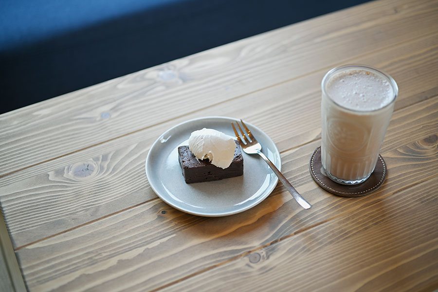 「シオヤチョコレート」のテリーヌショコラとアイスショコラ