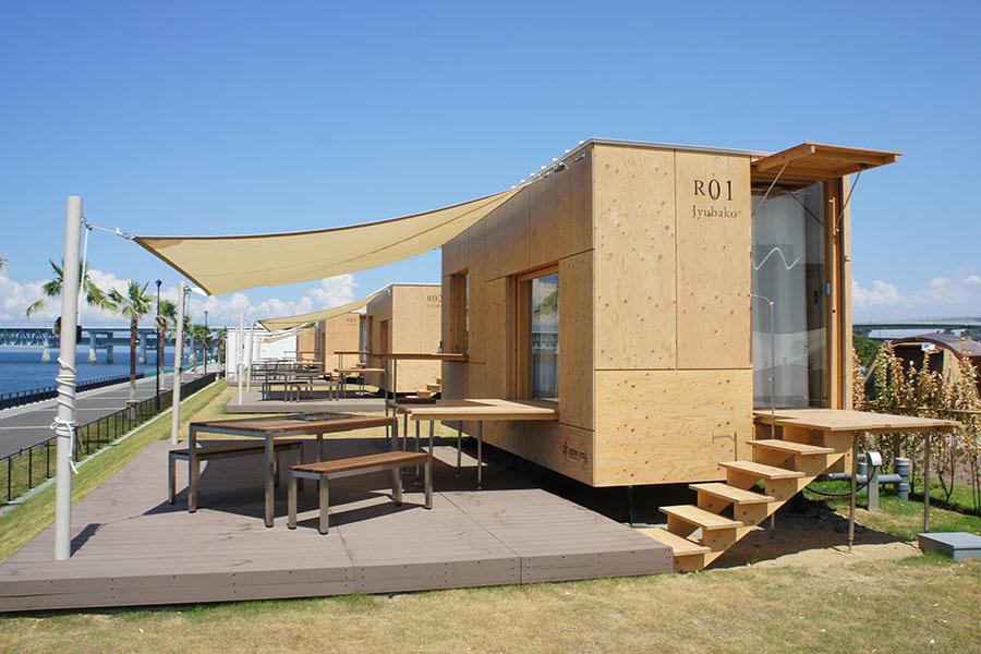 モバイルハウス「住箱ーJYUBAKOー」。テラスも用意されており、広々と快適に過ごすことができる