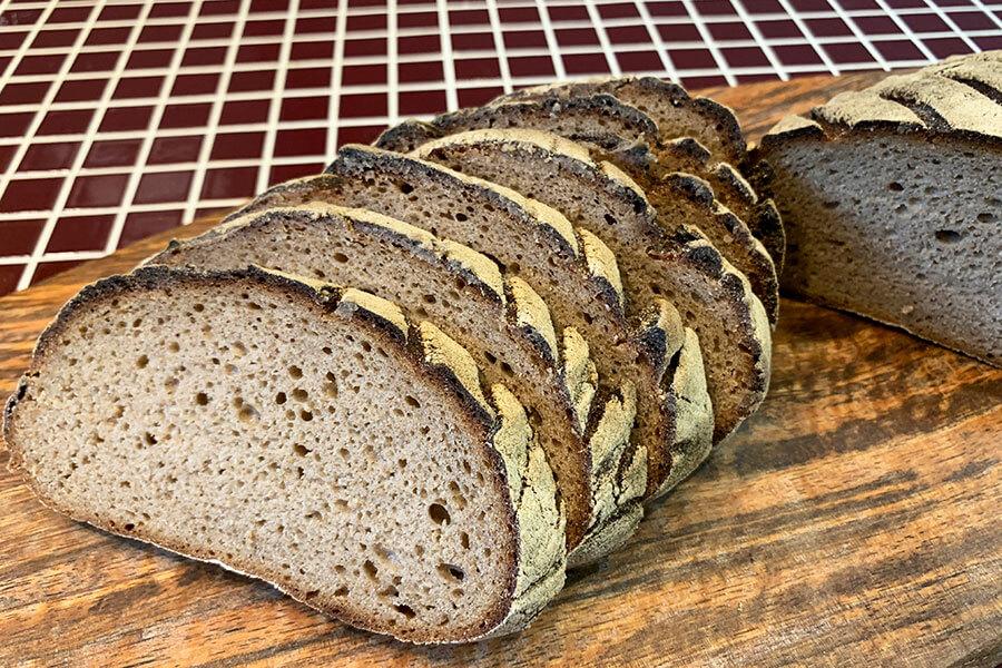 ライ麦99%、天然酵母使用の「ライ麦パン」。ライ麦独特の酸味を抑える工夫も怠らない。ホール1300円、ハーフ650円