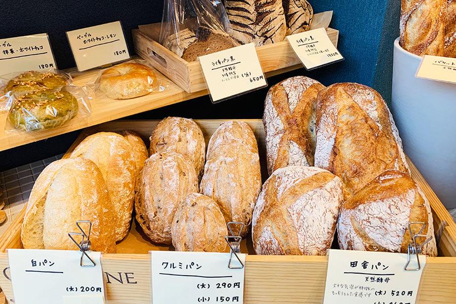 店主阪口さんが得意とするのはハード系。看板パンの「田舎パン」は、水分量が多くもっちり食感。粉を1日以上浸水させて作っている。大520円、小260円