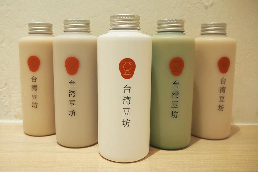 「生豆乳」(360円~・税別)は、「ストレート」「黒糖」「黒ゴマ」「アーモンド」「抹茶」の5種。濃度は6%と9%があり、ホットとアイス、ボトルとカップも選べる