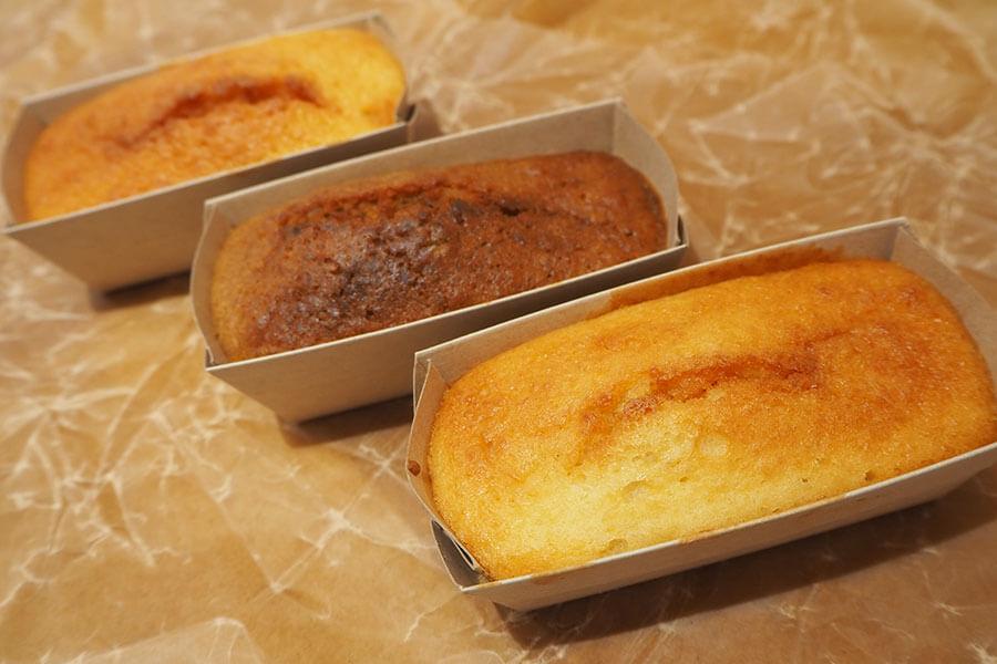 おからのパウンドケーキ「豆坊」(250円~・税別)。「プレーン」「黒糖」「アーモンド」の3種