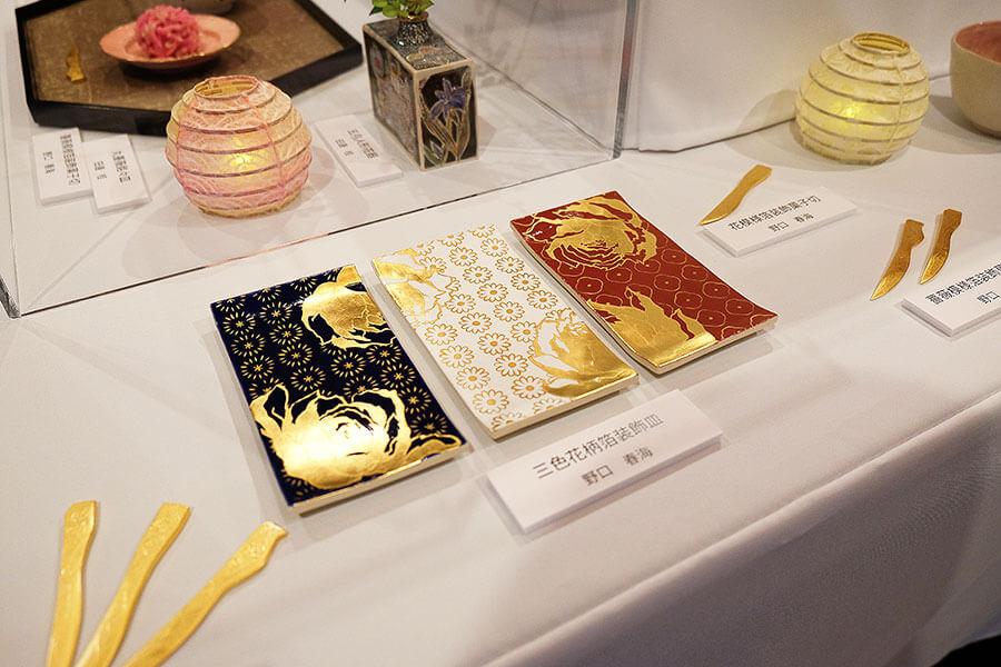 トリコロールカラーでパリを表現、金箔を使った装飾皿