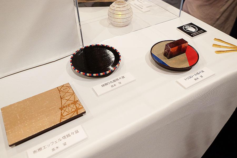 パリらしくありながら、かつ和菓子とも違和感のないデザインを目指した品々が並ぶ。トリコロールカラーや、エッフェル塔が描かれた銘々皿
