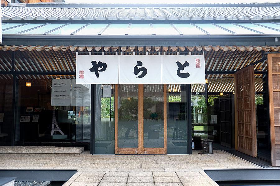 ギャラリーのある「虎屋菓寮 京都一条店」。烏丸通り沿いにはイスパハンの羊羹が購入できる直営店を構える