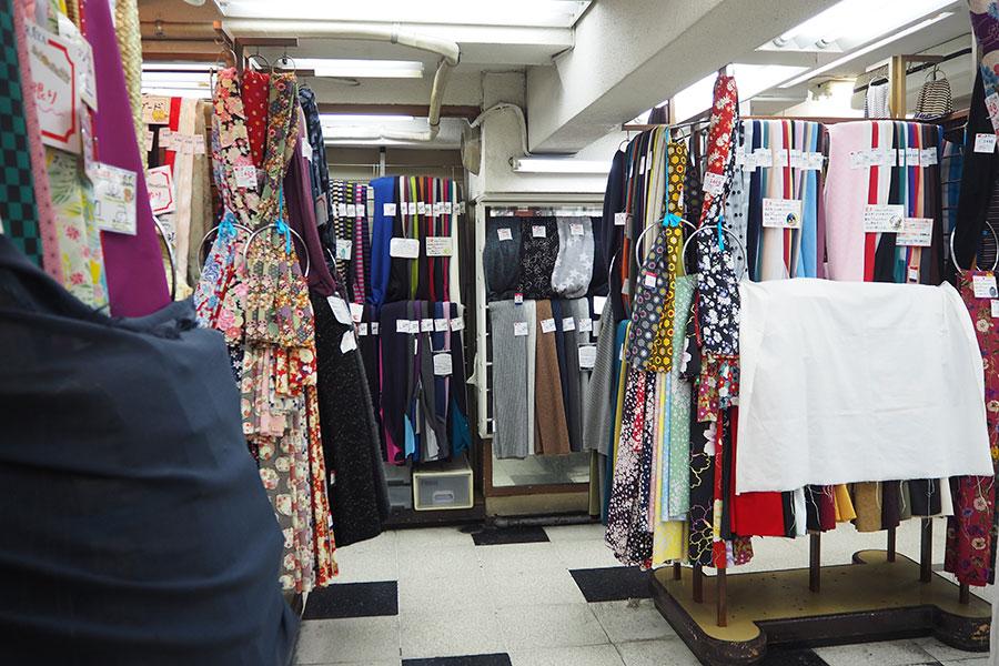 1階は布地、2階は高級服地、3階は付属商品などを扱う「とらや商店」(大阪市中央区)