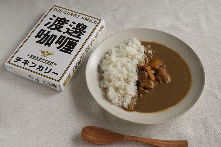 渡邊咖喱の「チキンカリー」。真鯛エキスと鶏ガラスープを使ってお店の味を再現し、550円(税別)。大きな鶏肉がゴロッと入って食べ応えも満点