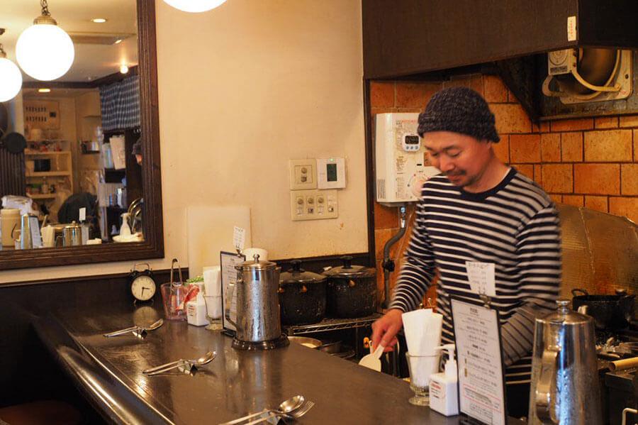 渡邊咖喱は、梅田と心斎橋に店舗を構える