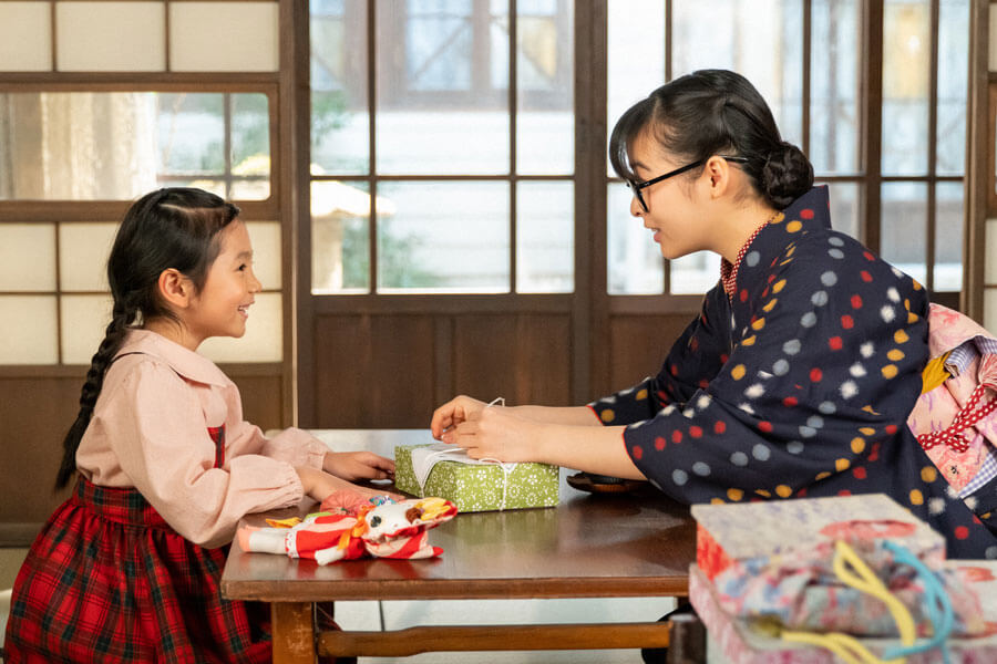 音の娘・華(田中乃愛)と梅(森七菜)(C)NHK