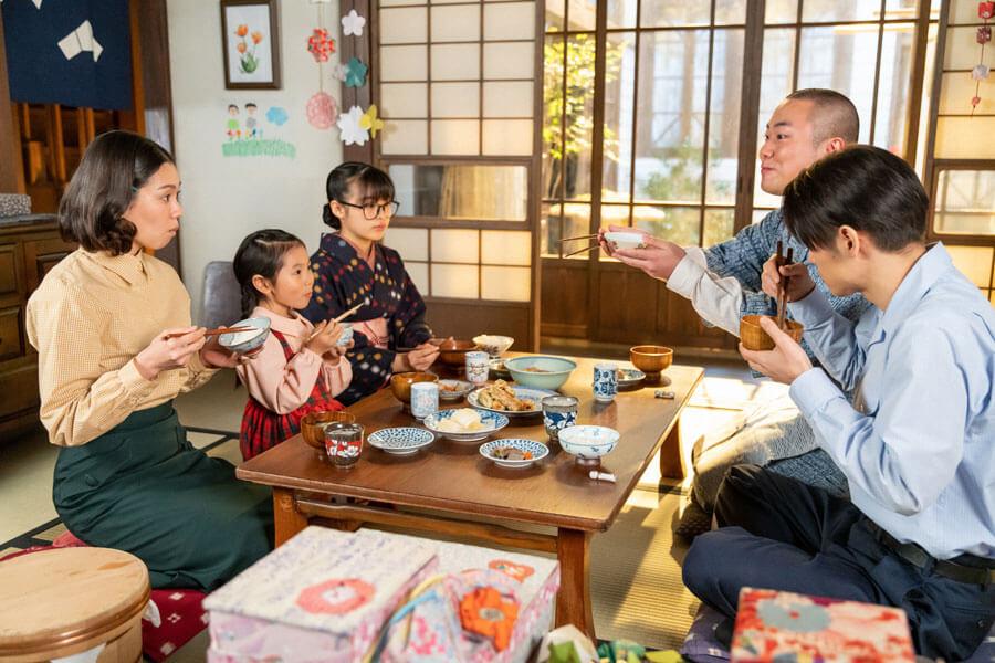 古山家で一緒に食事をとる梅(森七菜)と田ノ上五郎(岡部大)(C)NHK