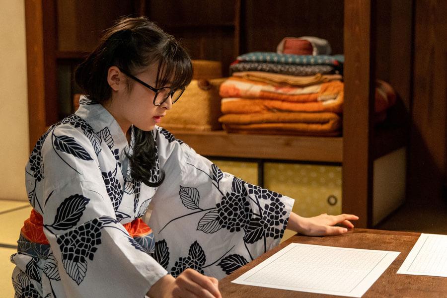 第68回より、なかなか執筆の手が進まない梅(森七菜)(C)NHK