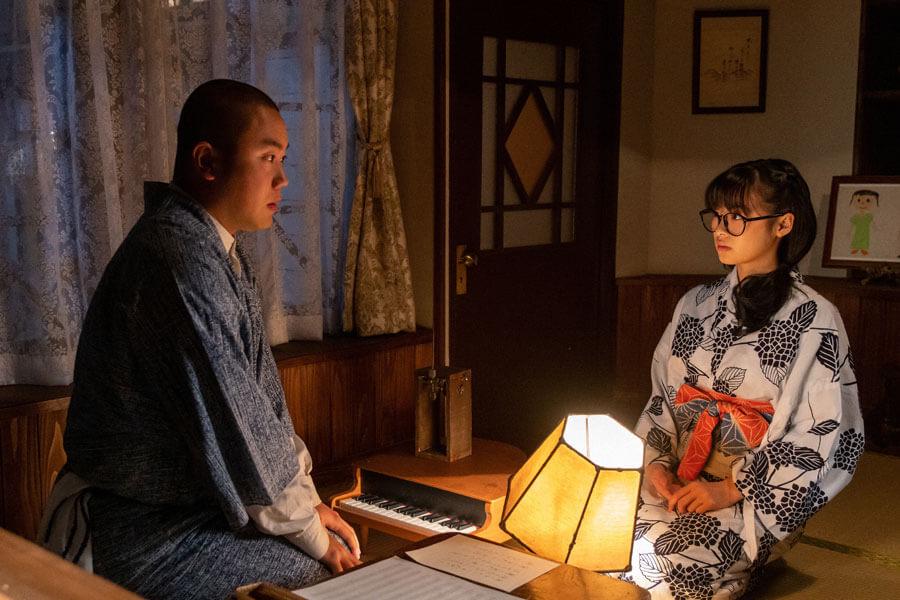 お互いの制作への思いを話し合う梅(右:森七菜)と田ノ上五郎(岡部大)(C)NHK