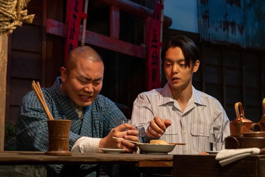 悔しい思いを胸に酒を飲む田ノ上五郎(岡部大)と話を聞く裕一(窪田正孝)(C)NHK