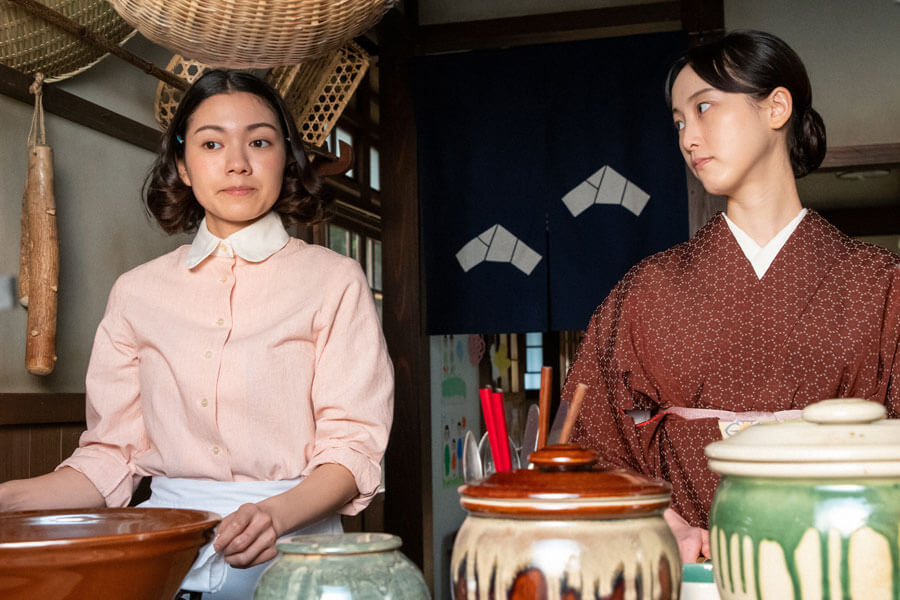 古山音(左・二階堂ふみ)と古山家を訪れた音の姉・吟(松井玲奈)(C)NHK