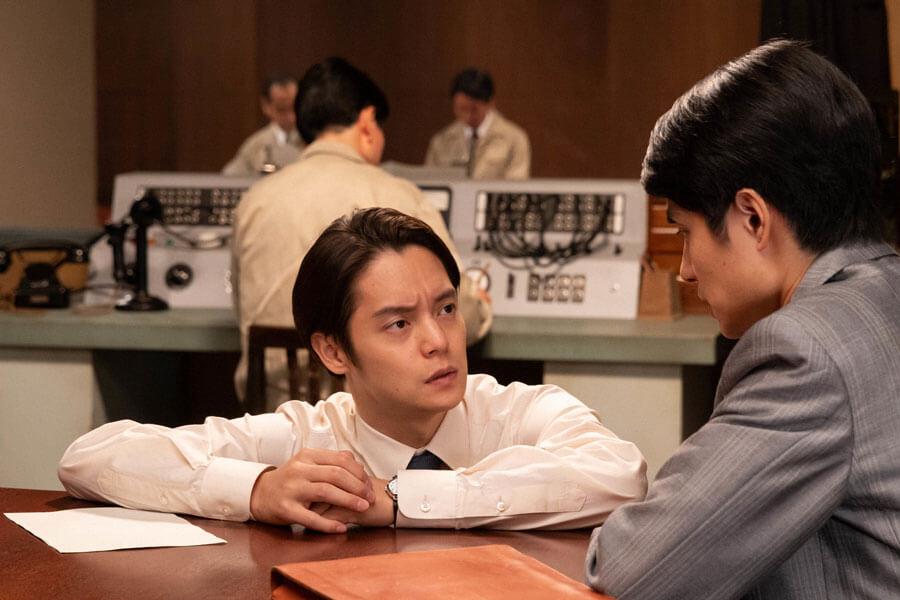 鉄男(右:中村蒼)と話す裕一(窪田正孝)(C)NHK