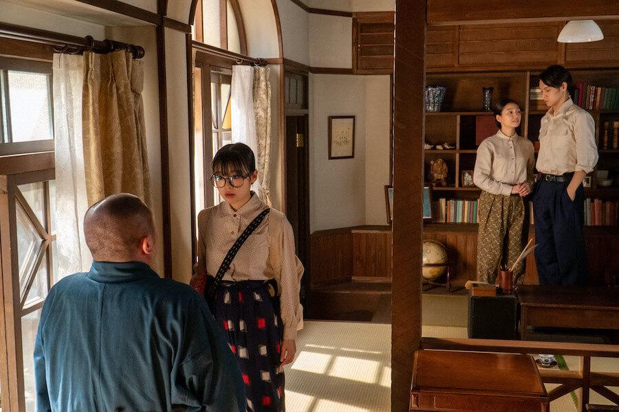 五郎(左:岡部大)を追って古山家にやってきた梅(森七菜)、2人を見守る裕一(窪田正孝)と音(二階堂ふみ)(C)NHK