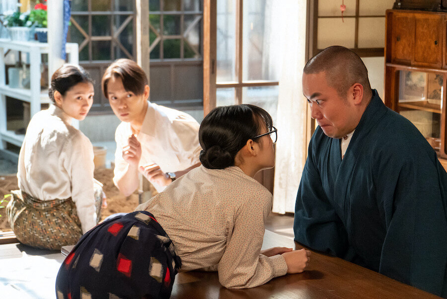 五郎(岡部大)の気持ちを確かめるべく問いただす梅(森七菜)、2人を見守る裕一(窪田正孝)と音(二階堂ふみ)(C)NHK