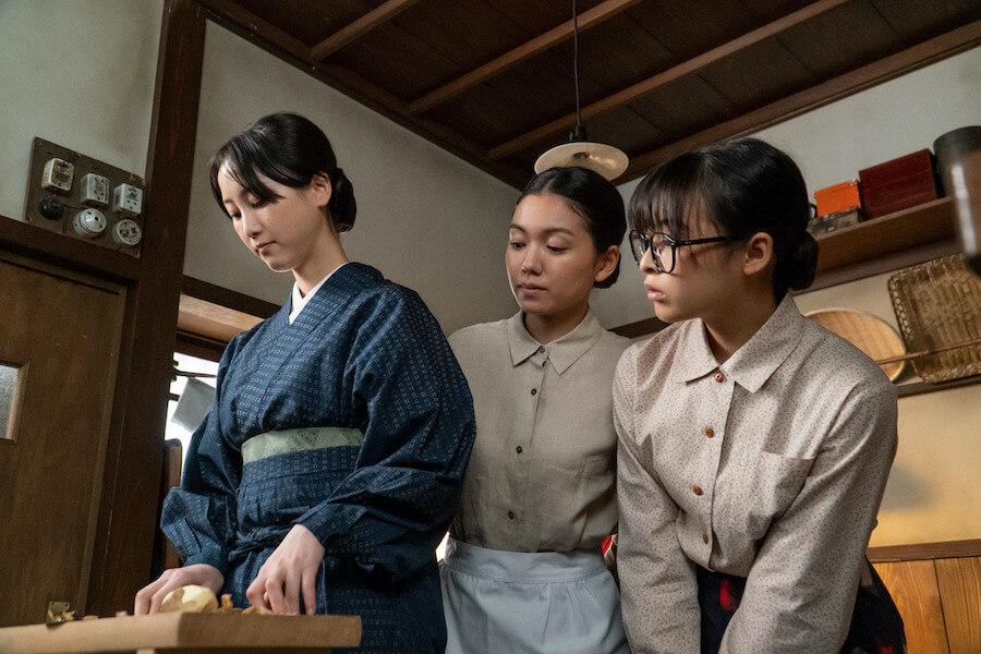 久しぶりに揃った関内家三姉妹、左から長女・吟(松井玲奈)、次女・音(二階堂ふみ)、三女・梅(森七菜)(C)NHK