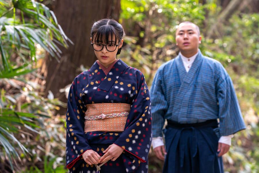 第69回より、話をする関内梅(森七菜)と田ノ上五郎(岡部大)(C)NHK