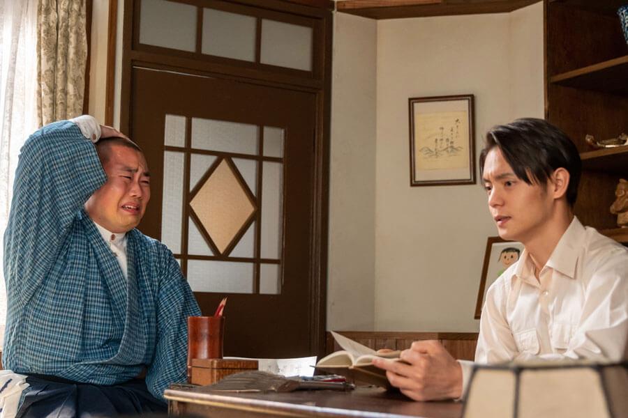 裕一(窪田正孝)から作曲方法を学ぶ五郎(岡部大)(C)NHK