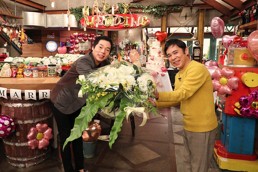 サプライズでスタジオに乱入した、今田耕司、岡村隆史(c)ktv