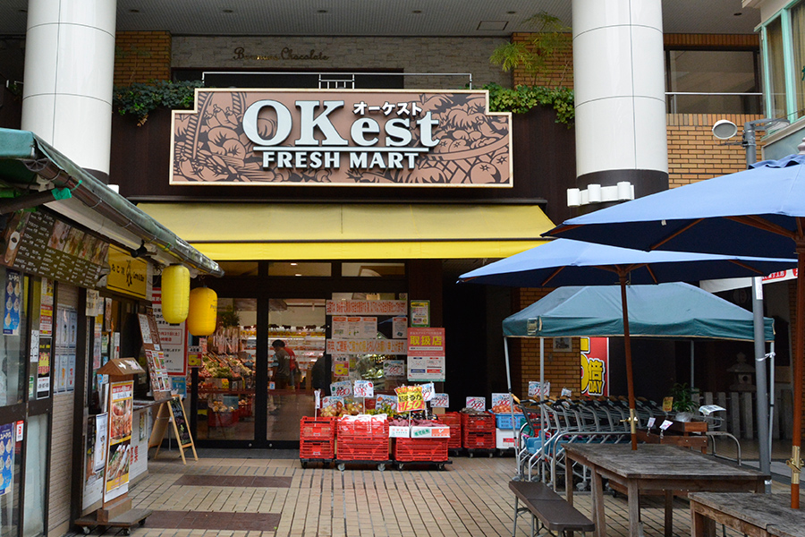 お店の正面は地元の人も観光客も多く集う憩いの広場(奈良市)
