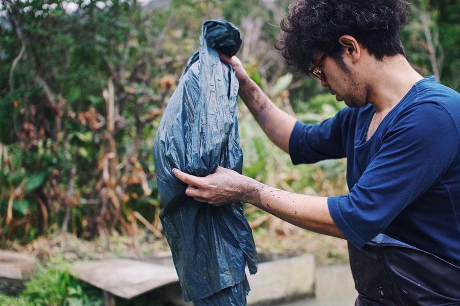 「金井工芸」では、自然の染料で染めていくため、少しずつ色合いが異なっていくのも魅力