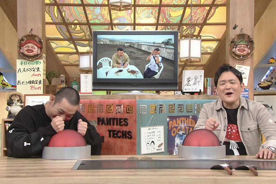ネイチャー相席旅を体験する武蔵を見守る千鳥 (C)ABCテレビ