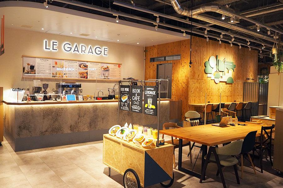併設カフェ「「LE GARAGE(ル・ガラージュ)」は、自家製レモネードや生パスタ、ワッフルなどがそろう(71席)