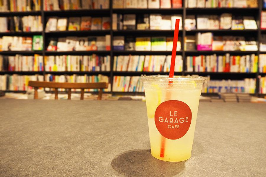 併設カフェ「「LE GARAGE(ル・ガラージュ)」のドリンクはフロア内の好きな場所で楽しめる(写真は自家製レモネード)