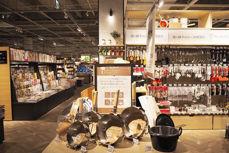 キッチン雑貨の売り場の近くには、料理関連や女性向きの書籍・雑誌が配置されている