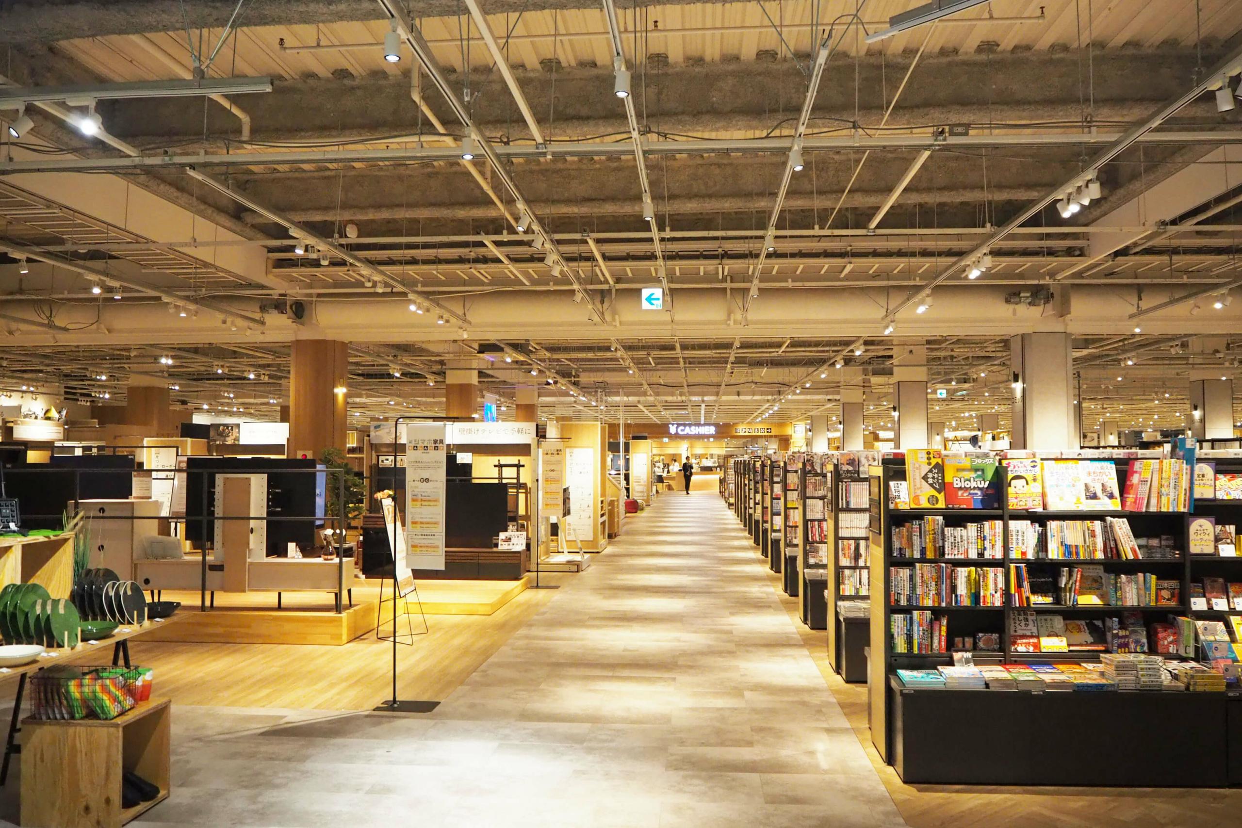店内は、本と家具売り場が、自然につながるよう意識した配置になっている