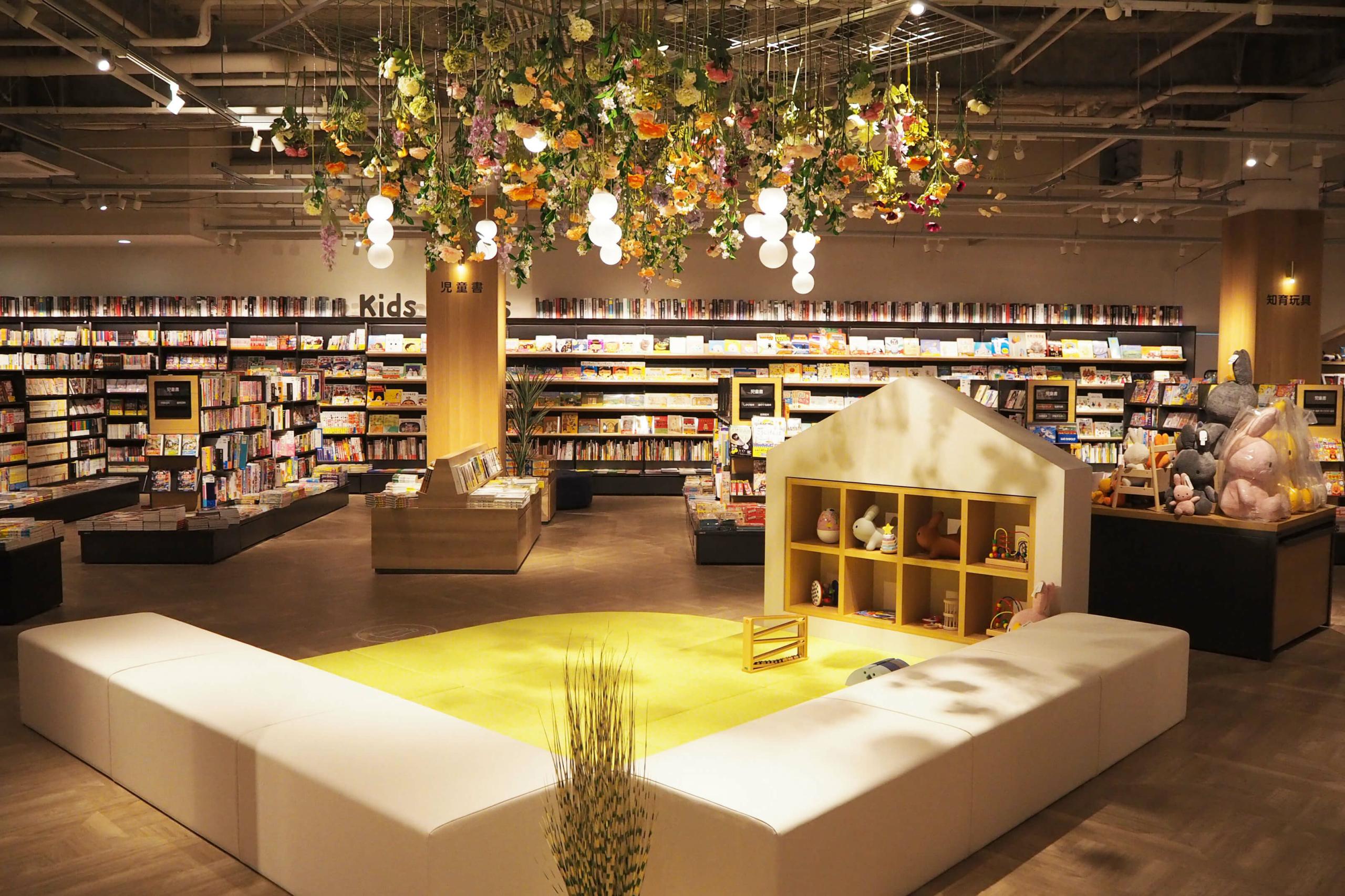 キッズスペースでは、絵本などの読み聞かせが可能。すぐ横には児童書コーナーも