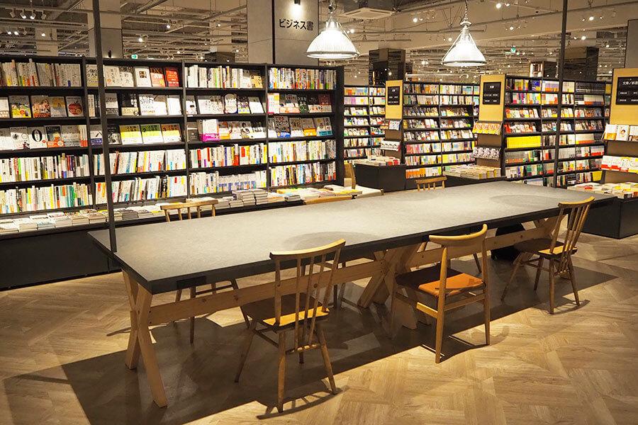 書籍売り場の中には、リビングをイメージした大テーブルを配置